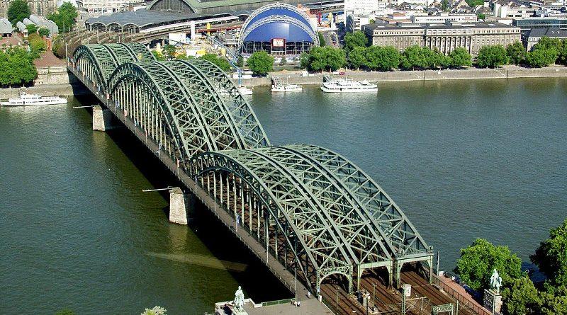 Кораб се блъсна в мост